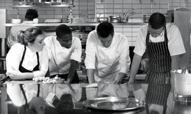 David Higgs in cucina con i suoi collaboratori