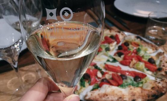 Un'immagine della cena Pizza & Bollicine da Bioesserì a Milano, con la squisita Marinara 50 Kalò con scarola