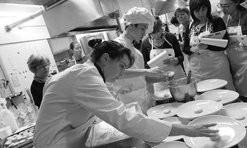 Dal 1992 a oggi � stato lungo, impegnativo ed entusiasmante il percorso fatto dalla chef Deborah Corsi, arrivata come cameriera alla Perla del Mare di San Vincenzo (Livorno), +39.0565.702113, per poi trasformarla insieme al marito Emanuele in un presidio gourmet sulla Costa degli Etruschi