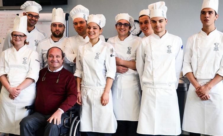 Mauro Defendente Febbrari con glialunni di una precedente edizione delMasterdi cucina italiana di Creazzo (Vicenza), giunto quest'anno al quarto anno