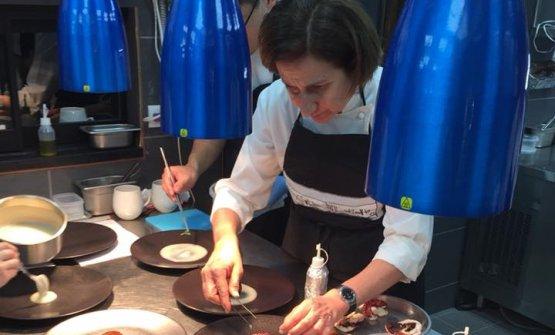 Patrizia Di Benedetto al lavoro in cucina
