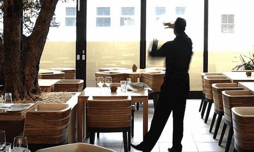 Un'immagine della sala del Keerom 95, il ristorante aperto dal milanese Giorgio Nava a Cape Town, telefono�+27.(0)21.4220765. Ottantacinque tra le pi� importanti insegne della capitale e del paese (non il Keerom 95, per�) propongono, in vista dell'imminente inverno, i menu winter special: menu d'alta cucina a prezzi abbordabili