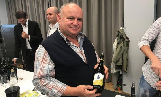 Peter Dipoli mostra il suoSauvignon Voglar 2015