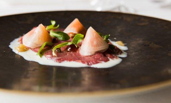 Uno dei piatti presentati da Genovese: Battuto di pecora, erbe e rosa canina