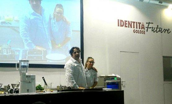 Gianluca Fusto sul palco di Identità Future, accompagnato dalla sua collaboratrice Alessia Di Loreto