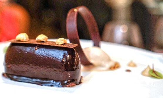 Dolcezza al cioccolato e caffè con mou alla liquirizia, biscotto al cacao e gelato alle nocciole