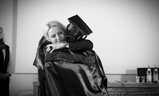 L'abbraccio felice tra Dominga Cotarella e Carlotta Cenedese il giorno della consegna dei diplomi