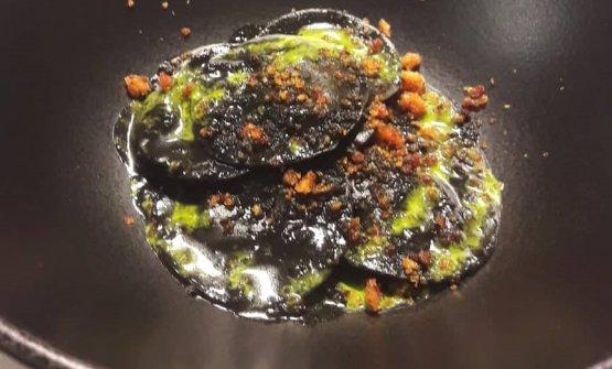 Ravioli di brodetto al nero di seppia con mollicata mediterranea