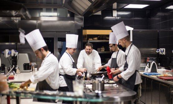 Lo staff di cucina, guidato dallo chef Davide Pezzuto