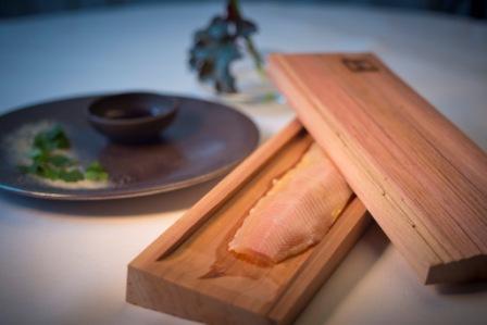 Il Salmerino cotto in bassa temperatura nel legno di cedro con salsa di aceto di lamponi�di Helmut�Rachinger, chef del ristorante M�hltalhof di Neufelden. E' uno dei piatti che troveremo nel padiglione dell'Austria all'Expo milanese. Per l'Esposizione universale, Vienna ha deciso di scommettere sui cuochi pi� innovativi del paese, un esempio da imitare