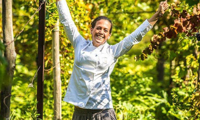 Fabiana Scarica, classe 1988, ha iniziato la sua crescita nel mondo della gastronomia a 19 anni.Villa Chiara oggi è il suo presente: un casale immerso tra ettari di vigne, orto e campi nelle colline vicino a Vico Equense. Ci sarà lei in cucina per il prossimo appuntamento del Postrivoro di Faenza