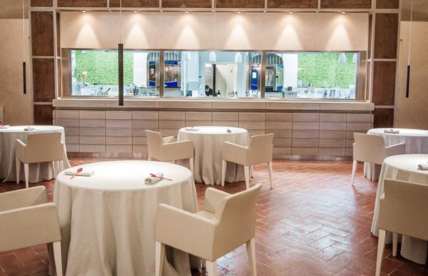 La sala e la cucina a vista del Ristorante Atman