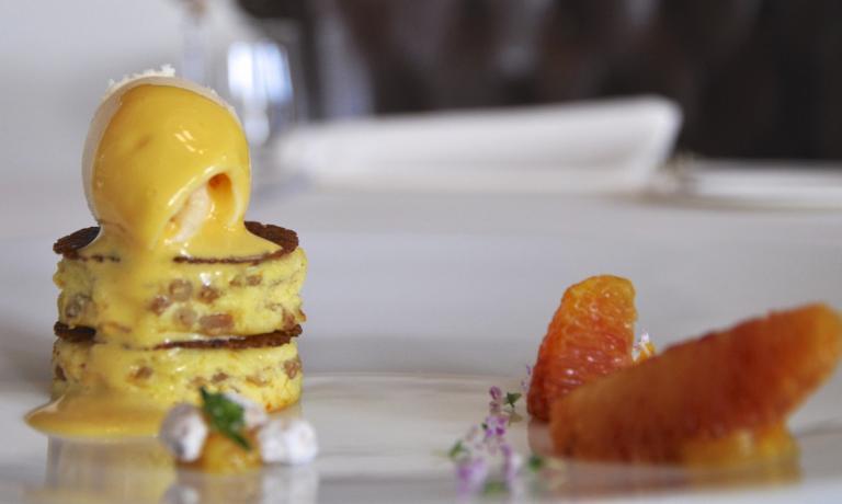 Ricotta, farro earance di Emanuele Mazzella, chefdel ristoranteVespasia di Palazzo Senecadi Norcia (Perugia), una stella Michelin dal dicembre scorso. Il dolce è un'anteprima del menu di marzo