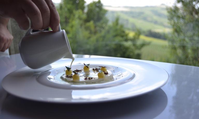 Il piatto è rifinito al tavolo, con il versamentodella colatura