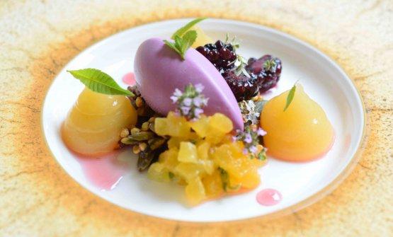 Semifreddo alle more, kanten di pesche, more fermentate e crumble di semi di zucca, di Daniela Cicioni