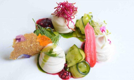 Crema acida di anacardi, verdure estive marinate e fermentate, cracker crudista di sesamo e chia, di Daniela Cicioni