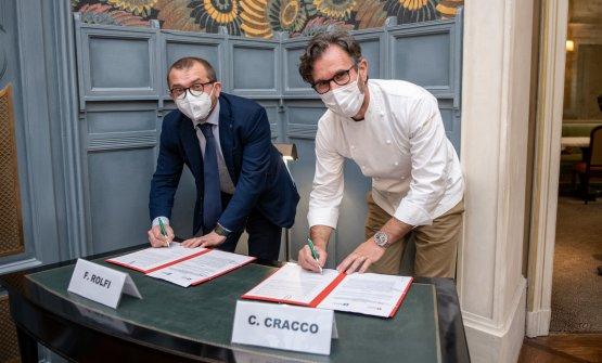 Fabio Rolfi e Carlo Craccoal momento della firma