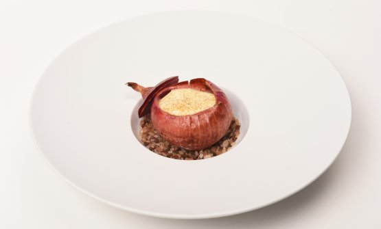 Cipolla di Montoro cotta al sale, formaggio d'alpeggio e patate: la ricetta dell'autunno di Fabio Abbattista