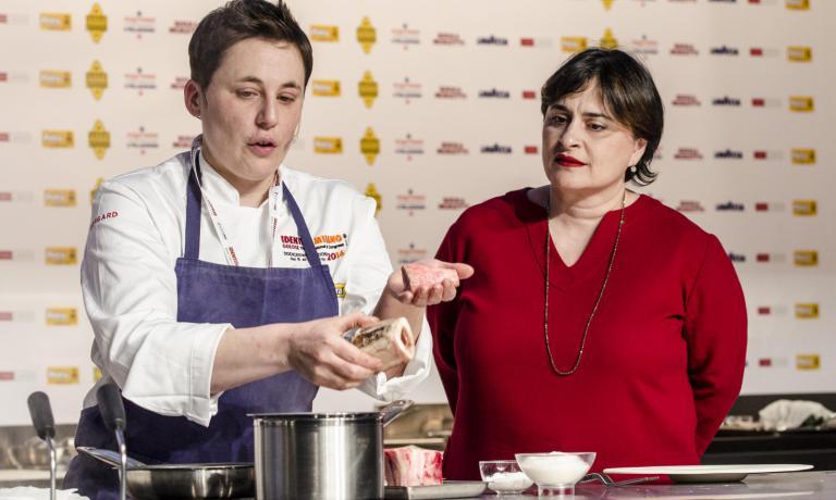 La food editordel CorriereAngela Frenda (a destra), con Antonia Klugmann, sul palco di Identità Milanodomenica scorsa