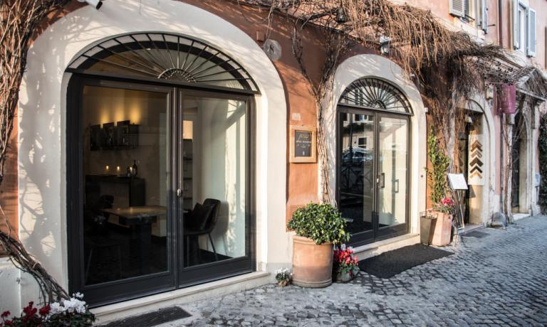 L'ingresso di Per Me, il nuovo ristorante di Giulio Terrinoniin vicolo del Malpasso aRoma