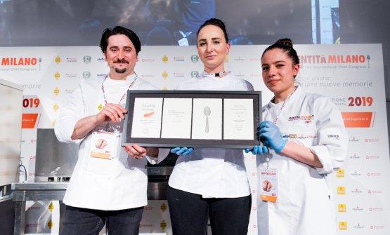 Foto finale di Marco Pedron con le sue due collaboratriciIlariaeCarlotta