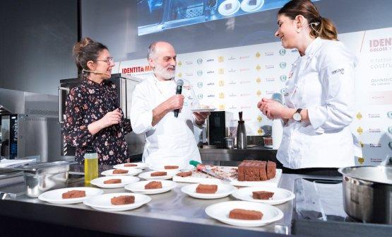 Sul palco con la De Prai è salito per un saluto anche Corrado Assenza, nella foto c'è pure Cristina Viggè che ha presentato tutte le lezioni di Pasticceria Italiana Contemporanea a Identità Milano 2019