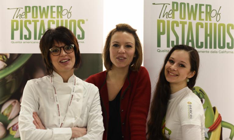 A sinistra,Stefania Corrado:cucina e racconta American Pistachio Growers