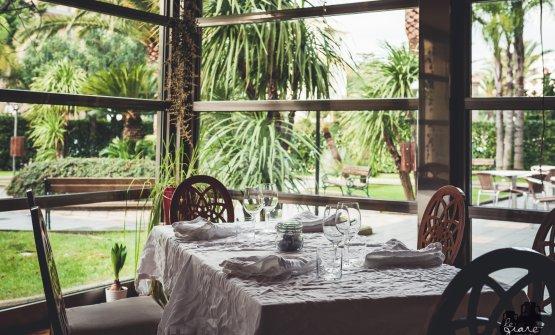 La sala con vista sul giardino de Le Giare di Bari