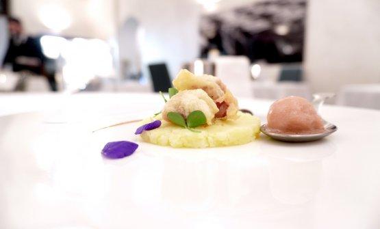 Bocconcini di rognone in tempura, patata schiacciata, salsa al caffè, sorbetto all'uva rossa. Piatto un po' slegato, indubbiamente coraggioso