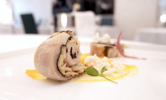 Sushi di coniglio con alghe, blu di Bagnoli, mandorle, cipolle all'agro, riso soffiato e crema di carote e peperoncino
