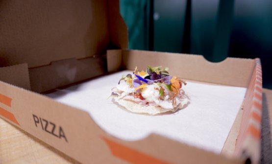L'ormai classica finta pizza capricciosa di Tokuyoshi, la chiamavaPizza Anna. La base è ispirata al senbei, sorta di cracker giapponese di riso soffiato, in più lo chef aggiunge un po' di farina gialla. Sopra salsa di pomodoro, parmigiano, mortadella, mozzarella, carciofi fritti, origano, funghi...