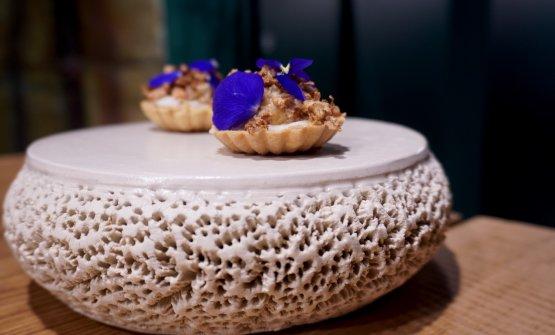Ottima la Tartelletta con crema di cavlfiore, cavolfiore fritto e granchio. Il sapore della brassica oleracea e quello del crostaceodecapodo si fondono alla perfezione