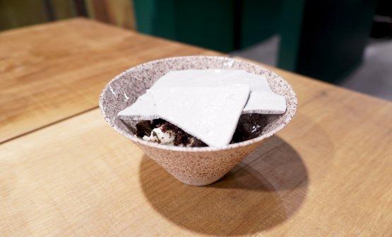 Cemento e terra, un classico di Tokuyoshi, in veste parzialmente nuove: meringa, crumble di cacao salato, gelato di topinambur, finocchietto marino, tartufo nero