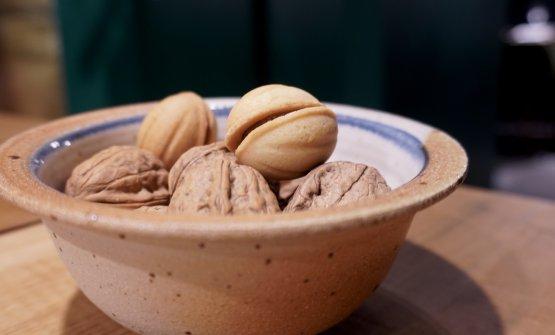 Qui sopra uno dei quattro petit fours, che in genere non citiamo: Macaron alle mele e mandorle, Torta Barozzi, qui sopra Finte noci di pasta frolla con crema di caramello salato (molto belle)...
