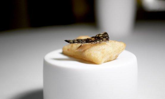 Gnocco fritto, burro di arachidi, foglie lamellate di caviale
