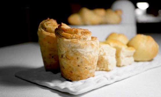 Il pane è maison, buono: grissini di farina di semola, focaccia con sale Maldon, sfogliata ai capperi, baguette alla francese... Il tutto con burro normanno al Maldon