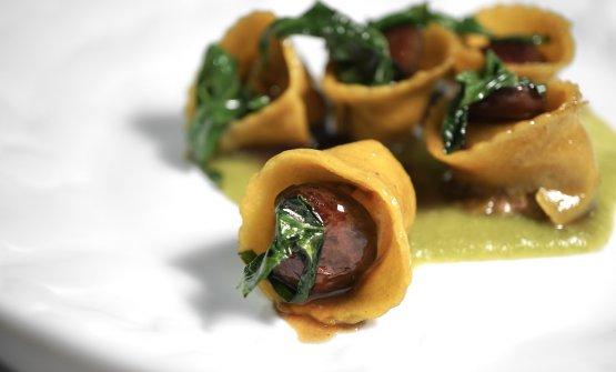 Il primo piatto che vale il viaggio (ce ne sarà un secondo): Ravioli ripieni di germano reale, lattuga, cicoria glassata, ciliegie. Carnalità, goduria, la sfoglia perfetta, l'armonia totale