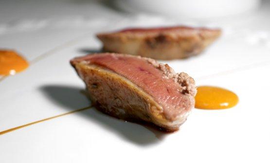 Piccione, salsa Choron, curcuma. Il volatile è di Moncucco, frollato per 5 giorni a 0-2°, la coscia è arrostita e glassata col suo fondo, il petto accompagnato da ciliegie. Ben eseguito
