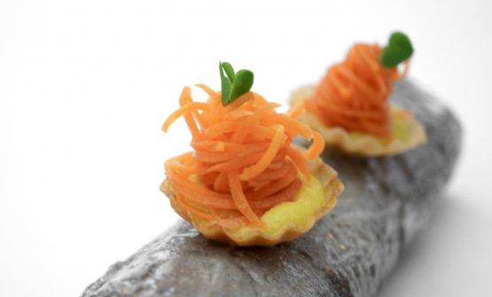 Tartelletta con crema di carota gialla e spaghetti di carota arancione. Acidità e dolcezza: nel suo piccolo, una bomba perfetta al palato