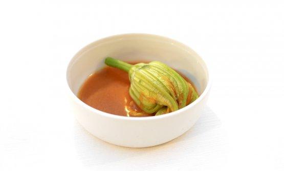 Il piatto successivo, in più declinazioni, è l'evoluzione diIn-fiore,celebrazione delle zucchine, in varie tipologie, della qualegià avevamo parlato qui. Qui due versioni del fiore di zucchina con tartare di scampi e zucchine