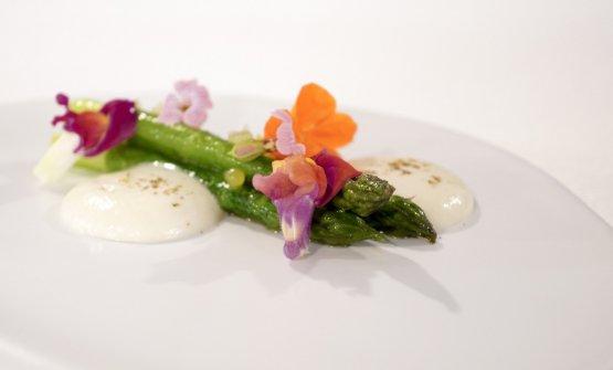 Green, ossia asparagi cotti in estrazione di parmigiano affumicato, crema leggera al cardamomo, condimento alla maltese (ossia agrumato)