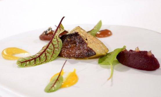 Foie gras, dattero glassato, condimento agrumato, composte di ciliegie, pompelmo rosa, cedro e yuzu