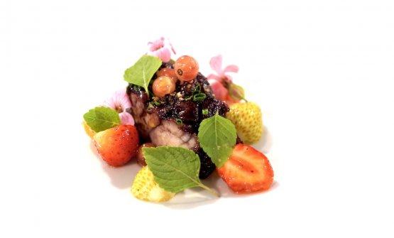 Civet vegetale: animella di vitello in civet vegetale, sambuco, insalata di fragole acerbe, vinaigrette all'aceto di cocco, shiso verde, ribes. Altro masterpiece