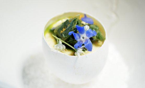 Frittatina piemontese: uovo, testina di vitello brasata, boraggine spadellata, fiori di boraggine e fiori di porro