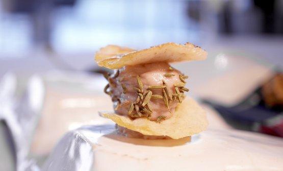 Patè di salame, finocchietto selvatico e finocchietto secco, cialda di pane-grissino