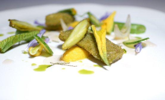 Tinche in carpione: tinca fritta con le erbette, zucchine sott'aceto di Arneis, olio alla salvia, fiori e julienne di salvia, gel di carpione, insalata di tenerumi e zucchine