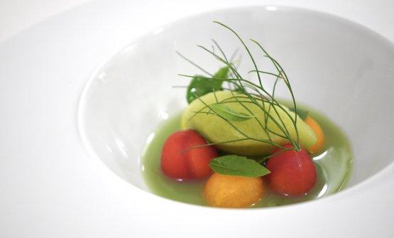 I pomodori… colore, consistenza e sapore. Visivamente assomigliano aiTomates en salsa, hierbas aromáticas y fondo de alcaparras diJosean Alija, gustativamente e concettualmente sono invece molto diversi. Si tratta di ciliegini, sfere di melone cantalupo e sfere di cocomero con ricotta di bufala, acqua di finocchi,mela verde e cetriolo, accompagnati da un sorbetto di arancia amara e pomodoro verde. L'insieme è molto interessante, potrebbe anche essere un dessert. Non è una celebrazione del pomodoro, come il nome del piatto potrebbe far intendere