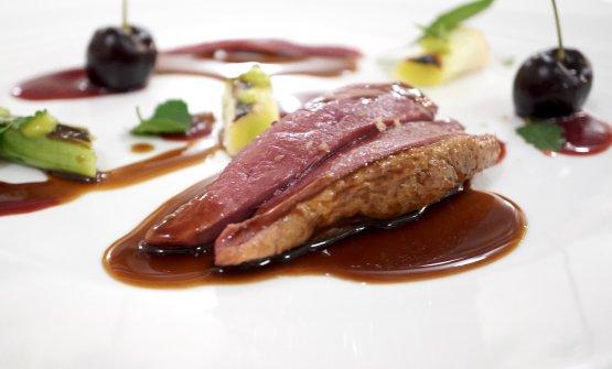 Piccione, porro, ciliegie, foie gras, erbe di campo. È cotto alla francese, con il burro. Altro grande piatto, come il successivo...