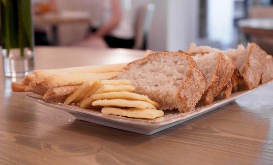 Pane al lievito madre (farina bianca e farro), grissini all'extravergine e crackers con sale di Cervia