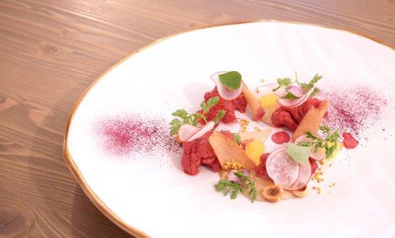 Cavolfiore marinato al rosso (con succo di rape e lamponi), maionese al miele, polline, bottarga di tonno e verdure dell'orto